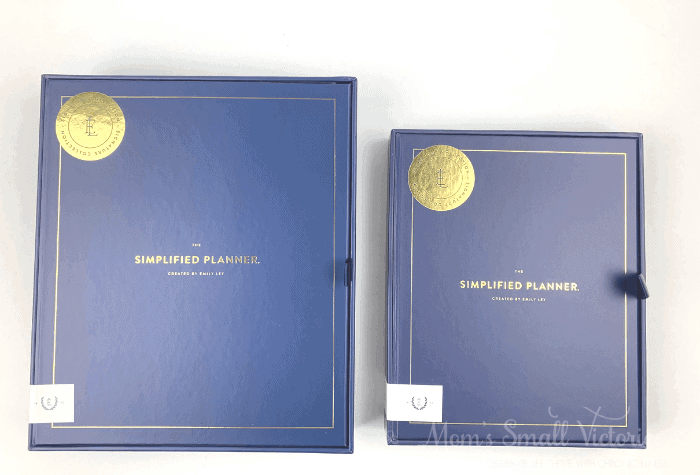 The Weekly Simplified Planner Review. Size comparison of the daily Simplified Planner in box on the left and the weekly on the right.